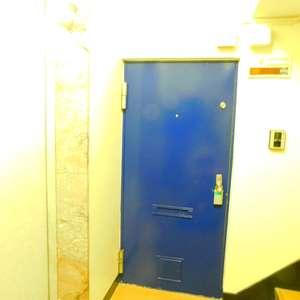 第8宮庭マンション(2階,3799万円)のフロア廊下(エレベーター降りてからお部屋まで)