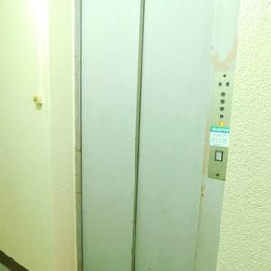 高田マンションのエレベーターホール、エレベーター内