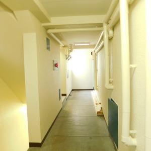 高田マンション(4階,)のフロア廊下(エレベーター降りてからお部屋まで)