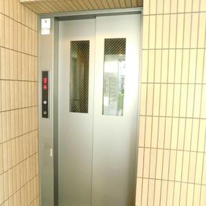 ベルメゾン小石川植物園のエレベーターホール、エレベーター内