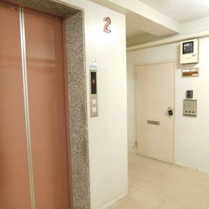ベラビスタ信濃町のフロア廊下(エレベーター降りてからお部屋まで)