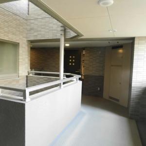 クレッセント目黒3(4階,5580万円)のフロア廊下(エレベーター降りてからお部屋まで)