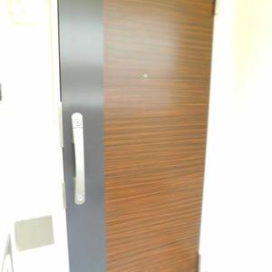 ニュータウンオークボ(14階,4497万円)のフロア廊下(エレベーター降りてからお部屋まで)
