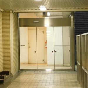 ニュータウンオークボのマンションの入口・エントランス