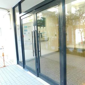 ニュー目黒台ハイツのマンションの入口・エントランス