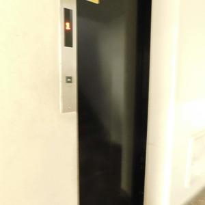 ニュー目黒台ハイツのエレベーターホール、エレベーター内