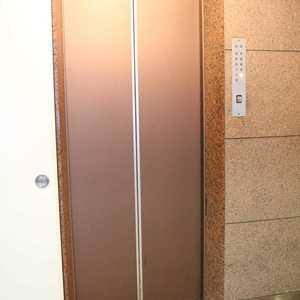日商岩井本郷マンションのエレベーターホール、エレベーター内