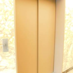 目黒グランドマンションのエレベーターホール、エレベーター内