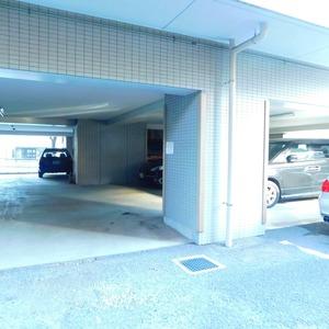 パラスト下目黒の駐車場
