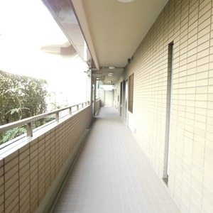 藤和目黒ホームズ(3階,)のフロア廊下(エレベーター降りてからお部屋まで)