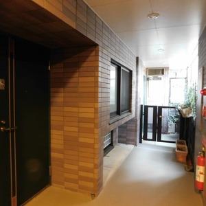 藤和渋谷常磐松ホームズ(4階,7580万円)のフロア廊下(エレベーター降りてからお部屋まで)