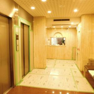 ドミール南青山のエレベーターホール、エレベーター内