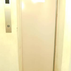 オリエンタル新大塚コーポラスのエレベーターホール、エレベーター内