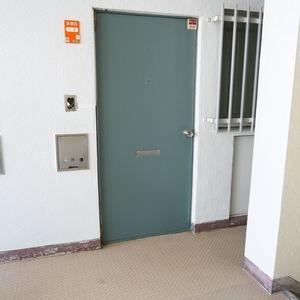 マンション雅叙苑3号棟(3階,)のフロア廊下(エレベーター降りてからお部屋まで)
