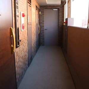 CQレジデンシャル上野(10階,3899万円)のフロア廊下(エレベーター降りてからお部屋まで)