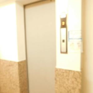 西麻布ハイツのエレベーターホール、エレベーター内