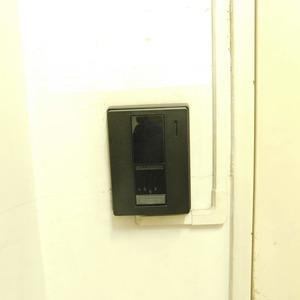 西麻布ハイツ(8階,4280万円)のフロア廊下(エレベーター降りてからお部屋まで)