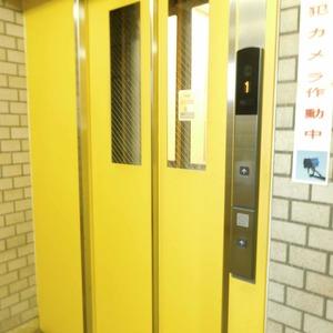 近鉄ハイツ新宿のエレベーターホール、エレベーター内