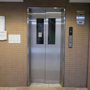 フィールA飯田橋のエレベーターホール、エレベーター内