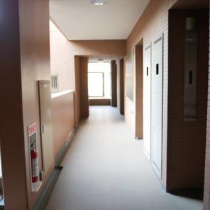 フィールA飯田橋(4階,4380万円)のフロア廊下(エレベーター降りてからお部屋まで)