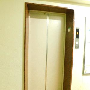 マンション高輪苑のエレベーターホール、エレベーター内