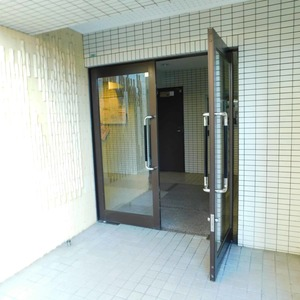 カーネ西早稲田のマンションの入口・エントランス