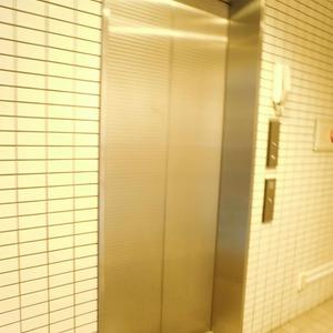 カーネ西早稲田のエレベーターホール、エレベーター内