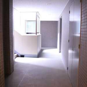 クオリア文京根津(2階,)のフロア廊下(エレベーター降りてからお部屋まで)