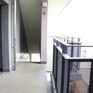 グランドメゾン根津参道(6階,4980万円)のフロア廊下(エレベーター降りてからお部屋まで)