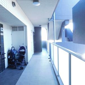 クレヴィア神楽坂(5階,5780万円)のフロア廊下(エレベーター降りてからお部屋まで)