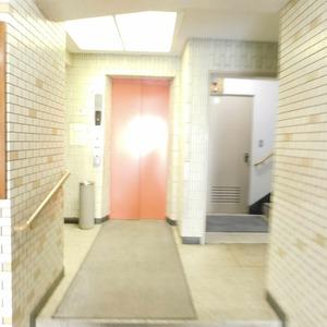 落合マンションのエレベーターホール、エレベーター内