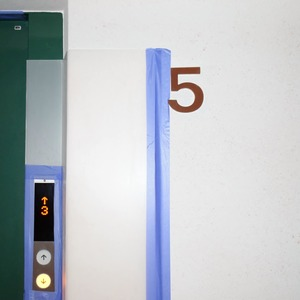 白金台パークサイドハイツのエレベーターホール、エレベーター内