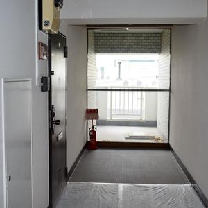 白金台パークサイドハイツ(5階,3780万円)のフロア廊下(エレベーター降りてからお部屋まで)