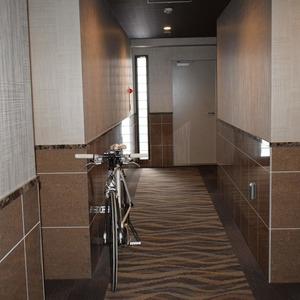 サンアリーナ広尾(3階,1億2600万円)のフロア廊下(エレベーター降りてからお部屋まで)