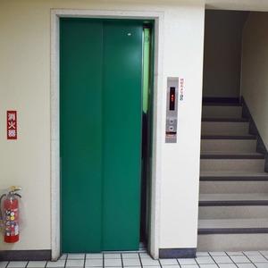 中銀南青山マンシオンのエレベーターホール、エレベーター内