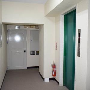中銀南青山マンシオン(2階,4790万円)のフロア廊下(エレベーター降りてからお部屋まで)