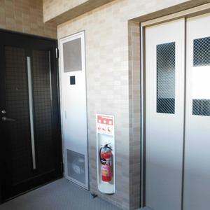 ヴィルヌーブ西早稲田(6階,6980万円)のフロア廊下(エレベーター降りてからお部屋まで)