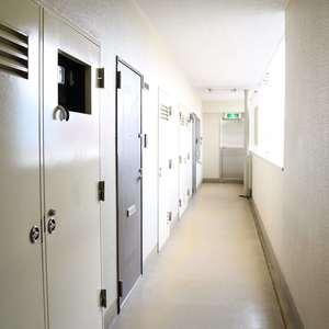上野ロイヤルハイツ(7階,)のフロア廊下(エレベーター降りてからお部屋まで)