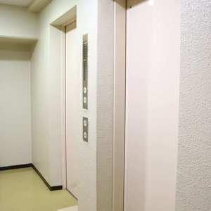 上野ロイヤルハイツのエレベーターホール、エレベーター内