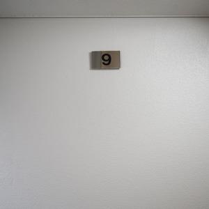 クレール六本木(9階,)のフロア廊下(エレベーター降りてからお部屋まで)