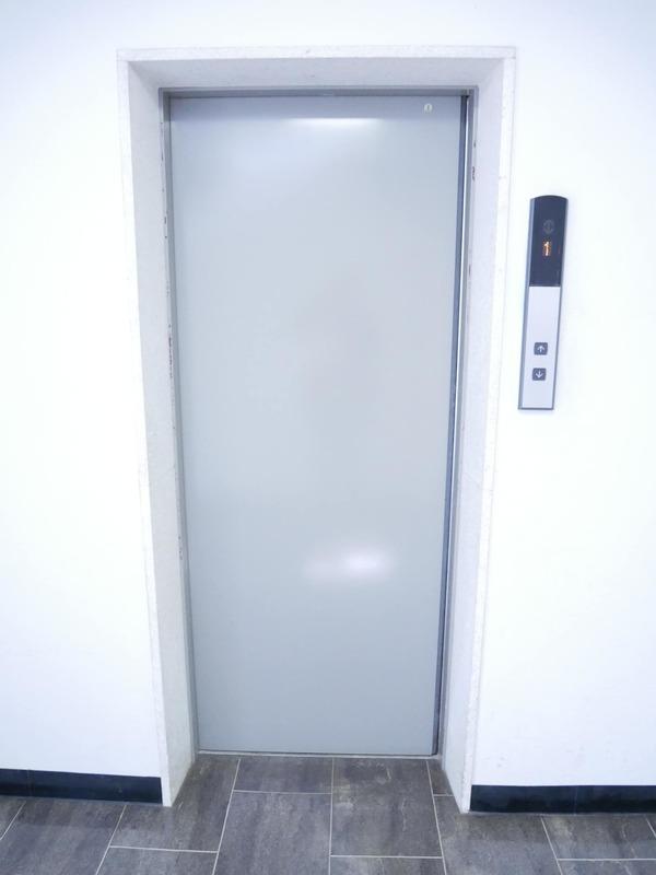 経堂セントラルマンションのエレベーターホール、エレベーター内1枚目