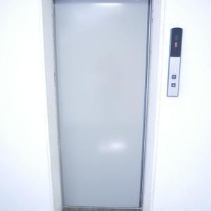 経堂セントラルマンションのエレベーターホール、エレベーター内
