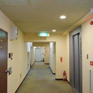 マンション京都白金台(7階,)のフロア廊下(エレベーター降りてからお部屋まで)