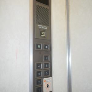 高輪長マンションのエレベーターホール、エレベーター内