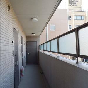 コンシェリア南青山(10階,)のフロア廊下(エレベーター降りてからお部屋まで)