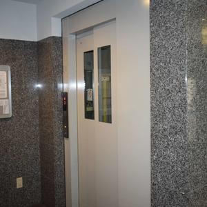 デュオスカーラ虎ノ門のエレベーターホール、エレベーター内