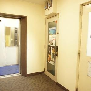 上原ハウスのエレベーターホール、エレベーター内