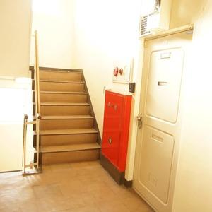 上原ハウス(3階,)のフロア廊下(エレベーター降りてからお部屋まで)