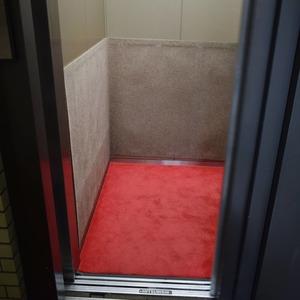 第2広尾フラワーハイホームA棟のエレベーターホール、エレベーター内