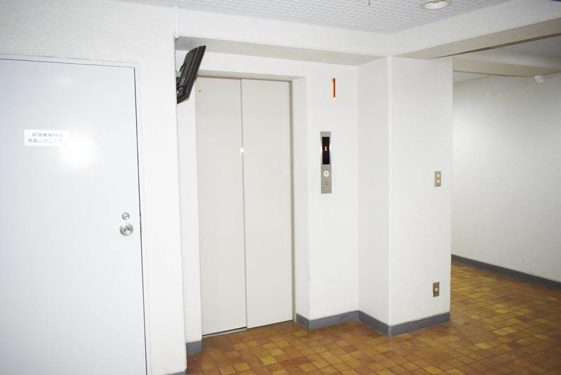 ライオンズマンション白金第3のエレベーターホール、エレベーター内1枚目
